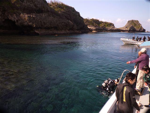 青の洞窟へボートで移動